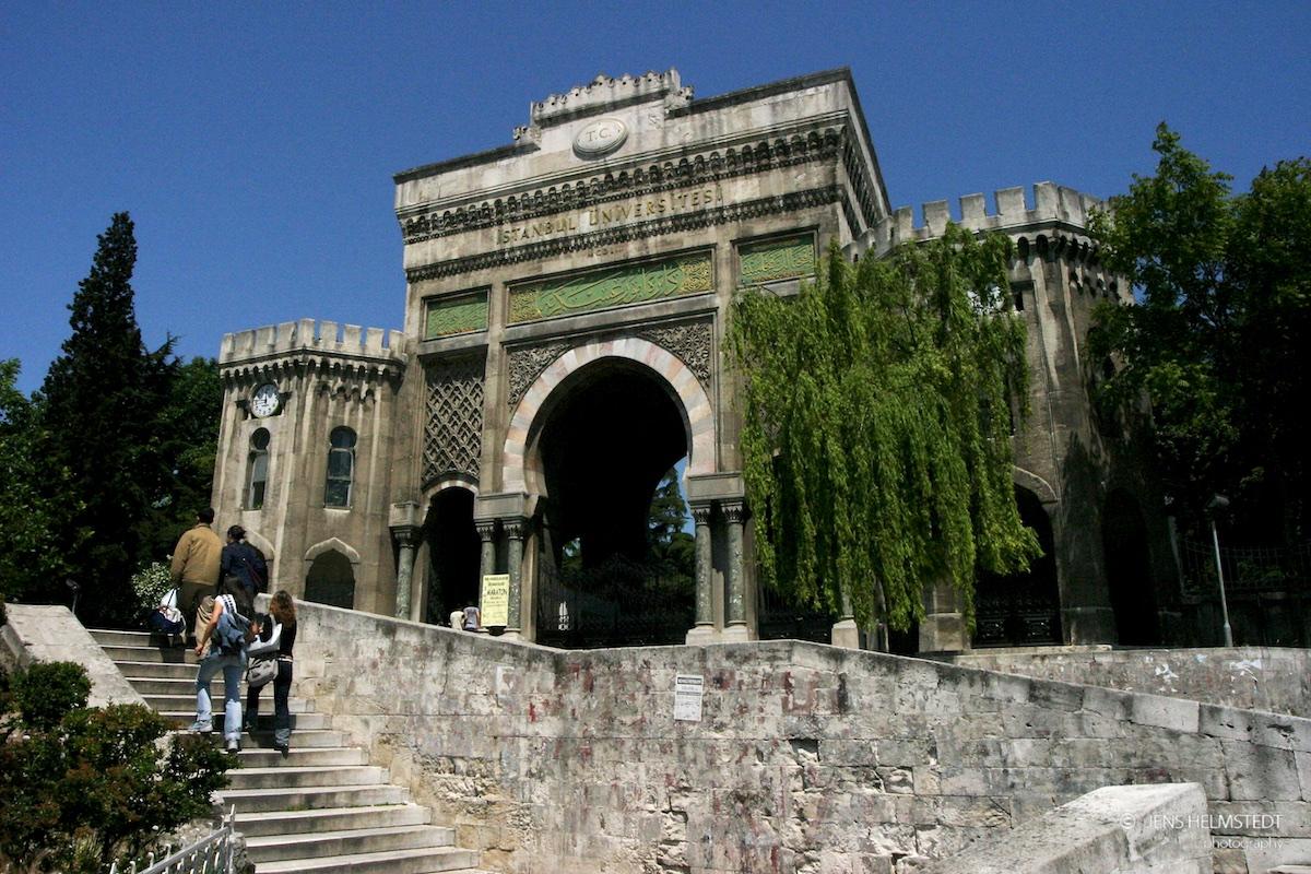 Tor zur Universität am Beyazit-Platz in Istanbul