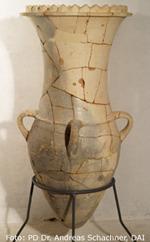 Vase mit Zinnenrand