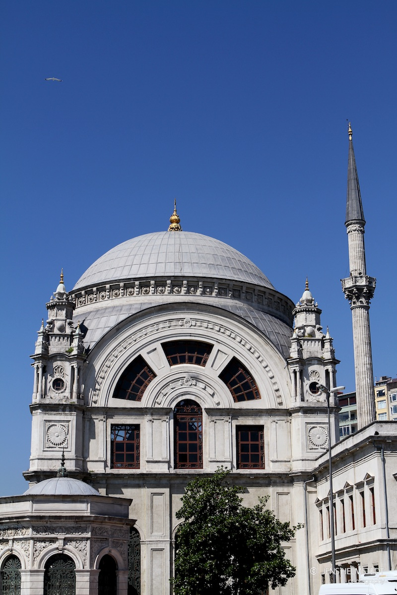 Dolmabahçe Moschee am Bosporus in Istanbul