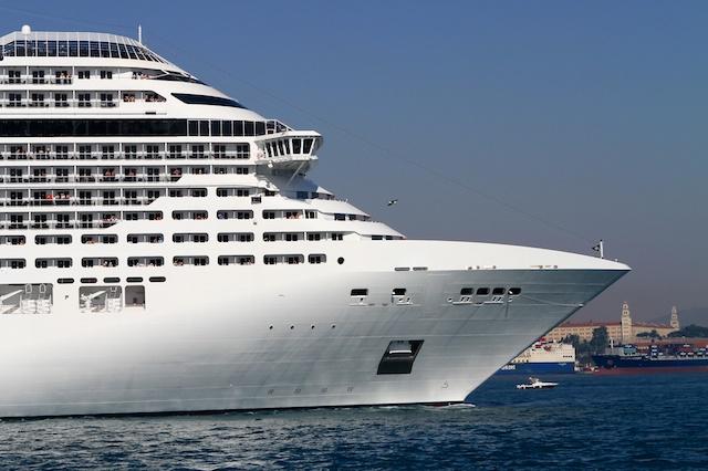 Kreuzfahrtschiff auf dem Bosporus in Istanbul  /><br /> Wer eine Reise in die Türkei unternehmen möchte, hat nicht nur die Wahl zwischen einem Pauschalurlaub in einem Ferienort am Meer oder einer Busrundreise bzw. Städtetour. Auch eine Kreuzfahrt mit dem Schiff ist eine interessante Alternative, die immer beliebter wird. Kreuzfahrtschiffe laufen verschiedene Häfen in der Türkei an, darunter die Metropole Istanbul am Bosporus, die Häfen in Kuşadası und Marmaris in der Ägäis sowie Antalya an der Mittelmeerküste. <span id=