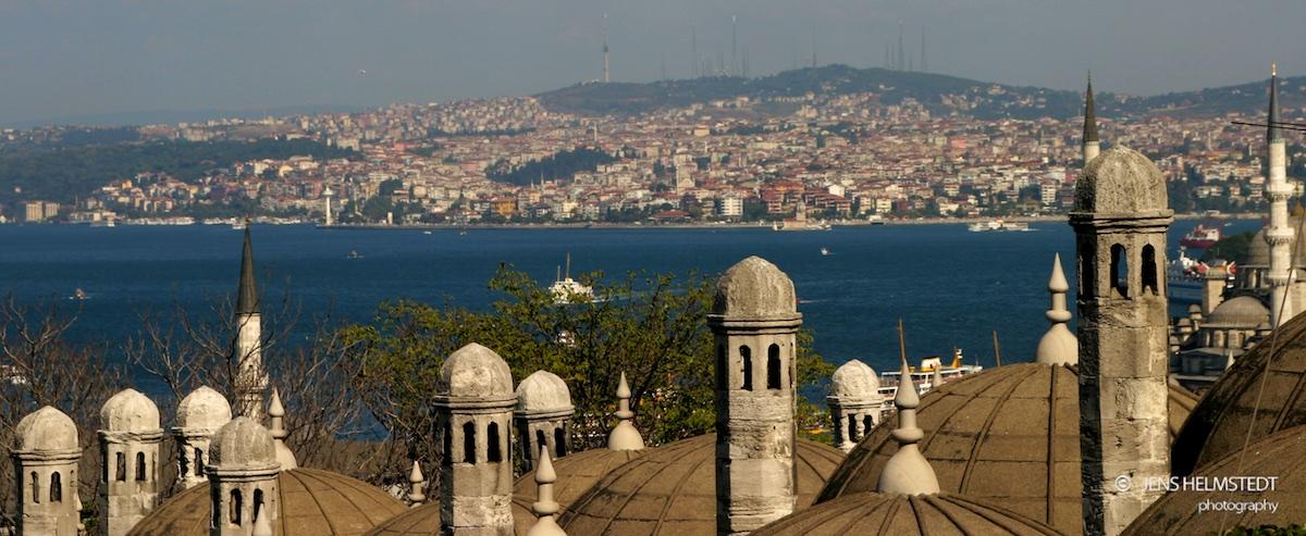 Blick über den Bosporus von der europäischen auf die asiatische Seite Istanbuls