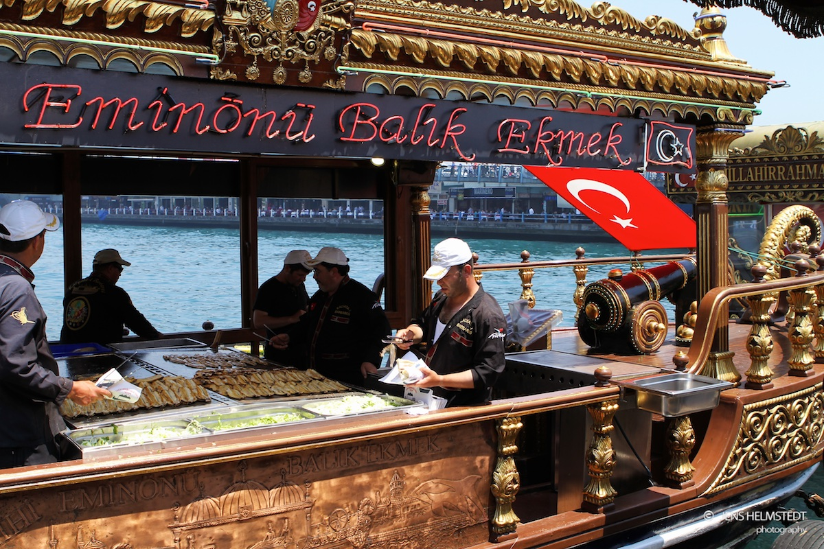 Schwimmende Fischbraterei in Istanbul-Eminönü