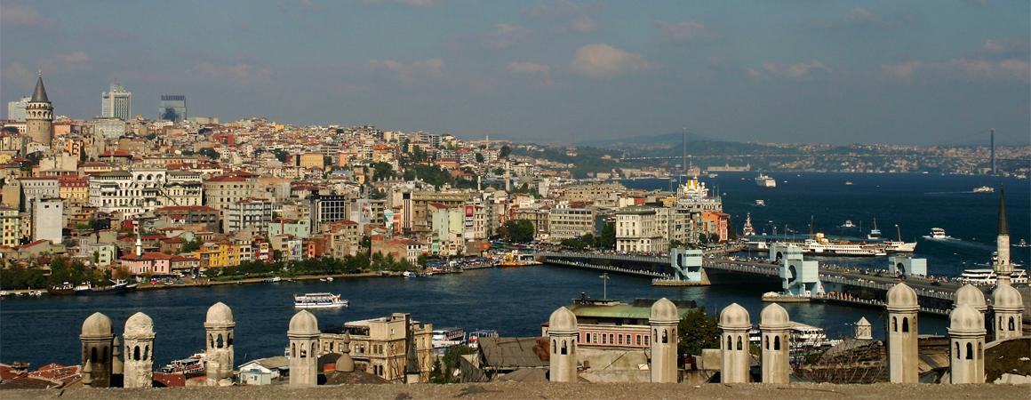 Blick auf die Galata-Brücke in Istanbul