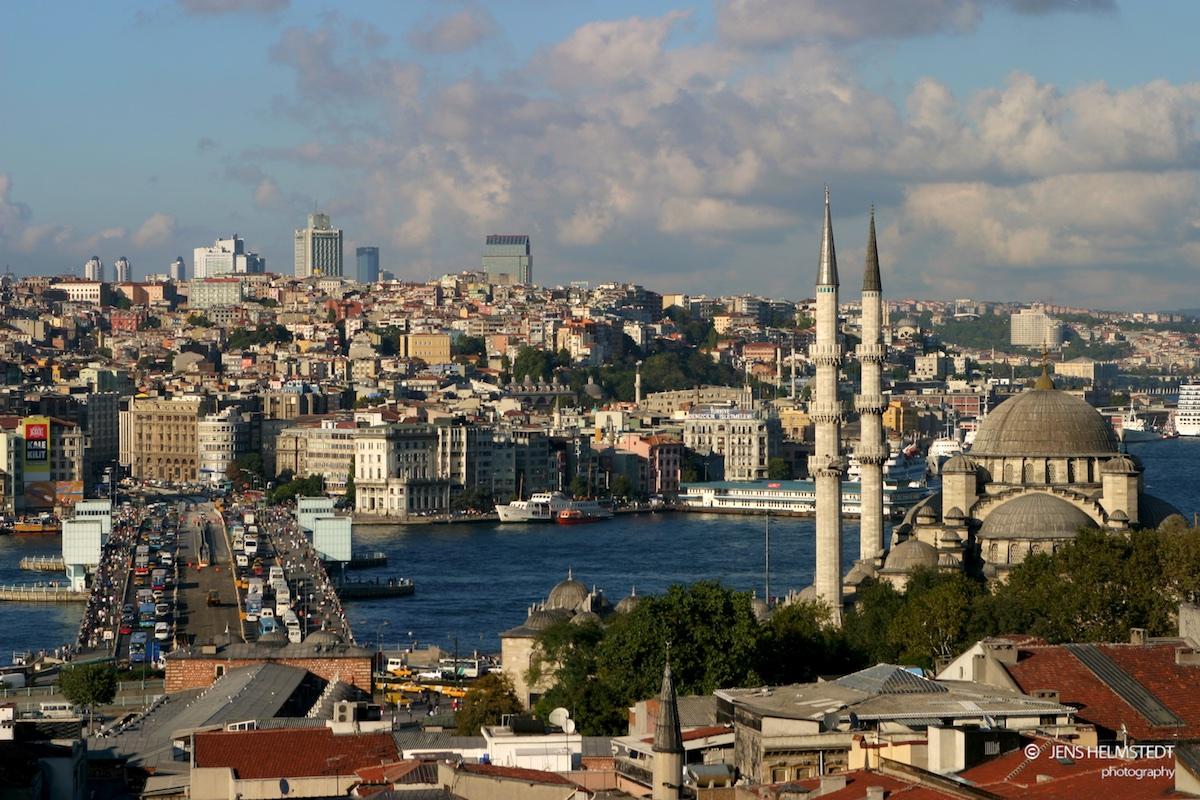 Yeni Moschee und Galata-Brücke in Istanbul