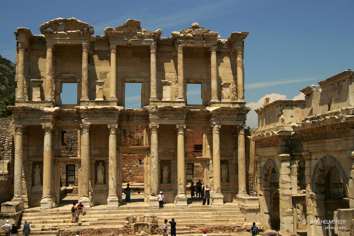 Ruinen der Celsus Bibliothek in Ephesos